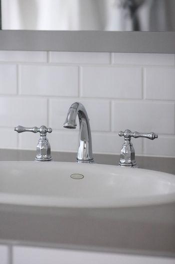 洗面所を使ったついでに、家中の蛇口を磨けば効率的に動けます。クロスやタオルで水はねを拭き取って、軽く蛇口を磨いたら、ほかの水栓のところもまとめて磨いてしまいましょう。