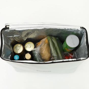 クーラーバッグは深さがあるので飲み物を立てて収納できます。バッグのふた部分に保冷剤を入れられるスペースがあるので、保冷時間を延ばすことができます。