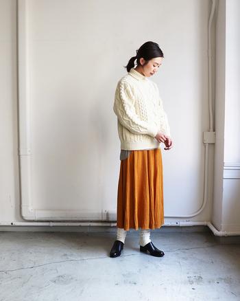 はっきりした色合いのカラースカートを合わせてコントラストを楽しみましょう。スカートとニットの素材感の違いも魅力的なコーデです。
