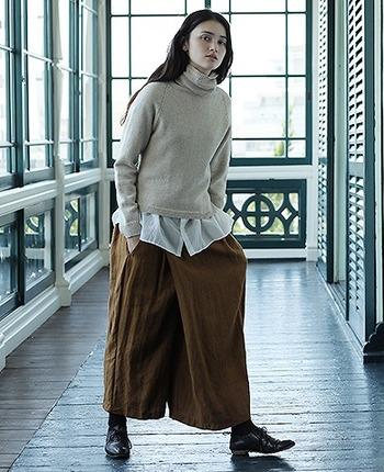 毛と麻を使用したこちらのワイドパンツ。さらっと着こなせる風合いながらも、暖かみもあり、冬のコーデにぴったりですね。