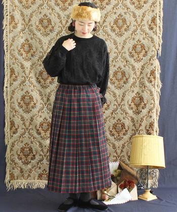 トラッドな印象のチェックプリーツスカート。足元で広がるAラインが可愛いですね。チェックのアイテムを使ったコーデは、写真のようにモノトーンでそろえると組みやすくなります。
