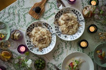 サイズも様々なのでメインディッシュにも対応でき、小さなサイズは取り皿としてテーブルを華やかに演出してくれます。まさに特別な日を盛り上げてくれる素敵なテーブルウェアです。