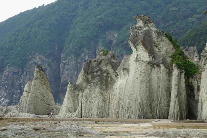 こちらは太平洋側の最北端、下北半島。冬は閉山してしまいますが、日本三大霊場に数えられる恐山があるのもこの地域。他にも仏ヶ浦、薬研地区など、壮大な自然の姿を体感できるスポットが充実していて、季節毎に訪れてみたくなる土地です。また、下風呂温泉、薬研温泉など、地元の人に親しまれる名湯があり、温泉巡りも存分に満喫することができます。