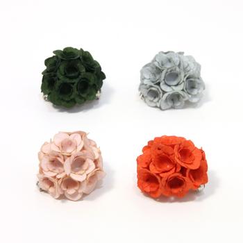 """藤の花の繊細な表情を、立体的に表現したお花のブローチ。素材には""""ナオロン""""という和紙に特殊加工を施したものを使用。 小さいながらも大きな存在感を放ちます。こちらのブローチ、球体を作るように花が配置されているので、ひとつひとつの花びらに陰影が生まれ、光を受けると、とても優美な印象に…。 遠目でみると一見シンプルなお花のブローチに見えますが、近くで見るととにかくその可憐な繊細さに心奪われます。"""