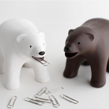 こちらは可愛いクマのデザインと、収納に便利な機能性が一体となったテープディスペンサー。口の部分にはクリップホルダー、後ろ足の部分にはテープカッターの機能を備えています。本体には磁石も内蔵されているので、クマの背中にクリップをくっつけることもできますよ◎。