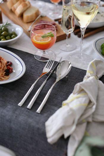 つるりとしたしなやかなラインが美しいイタリア、サンボネのカトラリー。特別な日のディナーも自然と背筋を伸ばしてくれる上品な印象のカトラリーです。