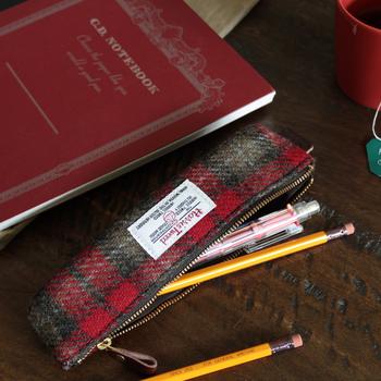 こちらも上質なハリスツイードを使用した、クラシカルな雰囲気漂う可愛いペンケース。ハリスツイードならではのざっくりとした風合いと、スタイリッシュで上品なデザインが印象的です。