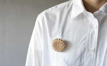まっさらな白いシャツなどにさりげなく…。 気取らないアクセントが、ファッションを楽しく盛り立ててくれます。