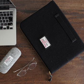 A4サイズ対応の「ブリーフケース」は、ノートパソコンやiPadをはじめ、雑誌やノートの収納など幅広い用途に使える便利なアイテムです。高級感のあるハリスツイードと、ベルトのアクセントがおしゃれな雰囲気ですね。