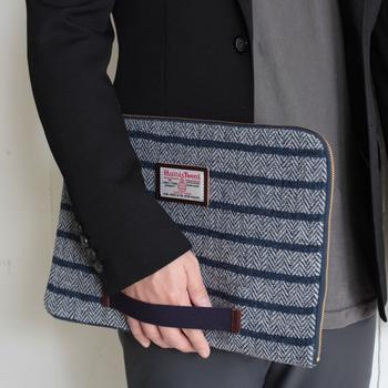 ブリーフケースの中には内ポケットが付いていたり、持ち運びに便利な中敷きも付属していたりと、ファッション性だけではなく機能性も充実しています。おしゃれで使いやすいブリーフケースがあれば、毎日のデスクワークも楽しくできそうですね。