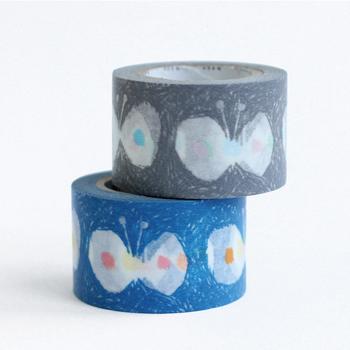 """大人気のファッションブランド「mina perhonen(ミナ・ペルホネン)」と、工業用テープの老舗メーカー「カモ井加工紙」とのコラボレーションで誕生した可愛いマスキングテープです。ちょうちょをモチーフにした""""hana hane""""の絵柄や、ブランドを代表するテキスタイルデザイン""""tambourine""""など、北欧スタイルのおしゃれなマスキングテープが豊富にラインナップされています。"""