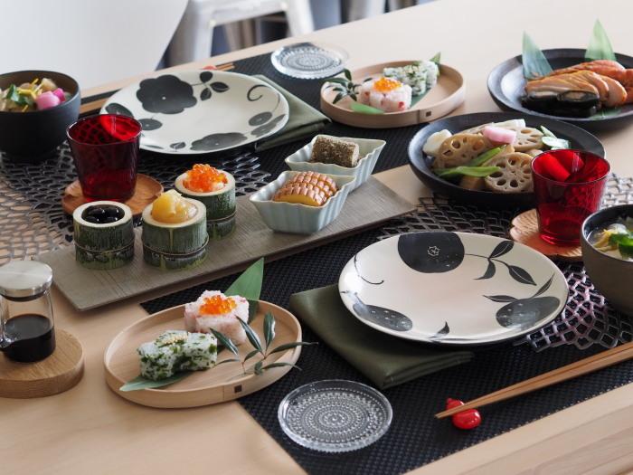 おせち料理のお手塩に、カステヘルミ(10cm)の小皿が大活躍したひよりさん宅。竹のうつわは、なんと裏庭から伐採されたそうです♪曲げわっぱのパン皿は柴田慶信商店製、モノクロの取り皿は矢島 操さん作。  ↓↓