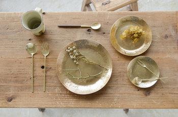 一つ一つ手作業で作られている真鍮のカトラリーは、特別な日のテーブルコーディネートにホッとできる優しさをプラスしてくれます。