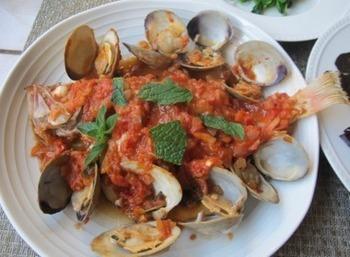 アサリとあわせたトマトソース煮。 他の魚介と一緒に使っても味が喧嘩しないのが、メバルの良いところ。 トマトソースには、トマトの缶詰を使うと作りやすいです。