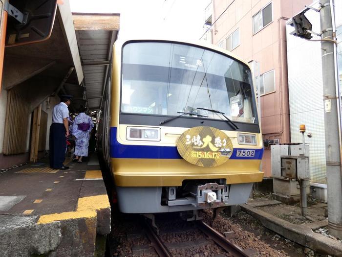 電車の場合は、東海道新幹線のひかりで約45分、こだまで約1時間で三島駅へ着きます。東海道線を使っても、約2時間で到着します。 こちらの画像は、夏祭りの時期の伊豆箱根鉄道の車両。伊豆箱根鉄道からだと、三嶋大社へ行くのには「三島田町駅」が近いです。ですが、駿豆線(三島~修善寺間)はICカードが使えないそうなのでご注意を。