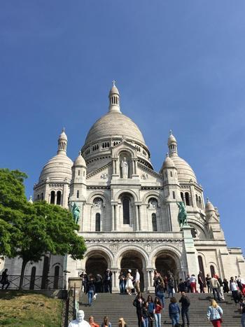 モンマルトルの丘を上ったところにある、ロマネスク様式・ビザンティン様式の大聖堂「サクレクール寺院」。荘厳な教会堂で、内部の天井モザイク画やジャンヌ・ダルクの像など見どころもたくさん。パリ市内の眺望も楽しめ、広場では皆おしゃべりしたり、ゆったりとした雰囲気です。映画「アメリ」を観てから行くとさらに楽しめるかも♪