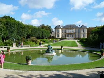 訪れたい美術館がたくさんあるパリ。中でもルーブル美術館やオルセー美術館は収蔵品も多く人気なのですが、平日でもとても混み合います。今日はゆっくりしたいな…という日には、美しい庭園を持つ小さなお城のような「ロダン美術館」がおすすめです。