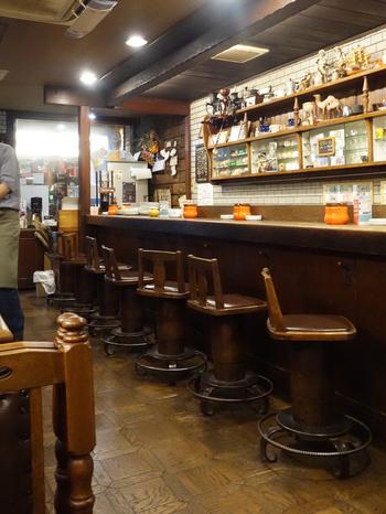 店内は主に長年使いこまれてきた木製のインテリアで構成されており、木の温かさと店の歴史がマッチして心地よい雰囲気が漂っています。カウンター席が6席、4人掛けのテーブルが4卓とこじんまりとした小さなお店ですが、マスターとの距離が近いためマスターの人柄にじっくりと触れることができます。