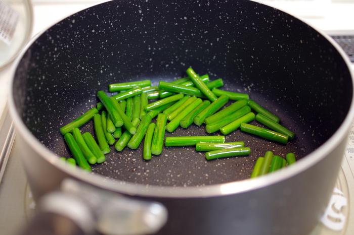 しかし、炒め物に使う場合は、凍ったまま使用するとフライパンの温度が急激に下がってしまうので、自然解凍してから使うようにしましょう。