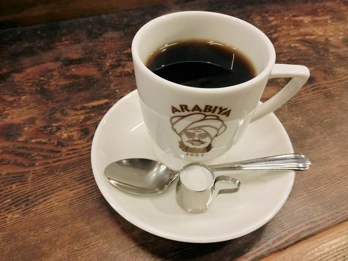 こちらはマイルドな味わいの「ホットコーヒー」。香りがしっかりしているため、アラビヤコーヒーの独特で上品な香りを充分に楽しめます。「アラビヤサンド」と一緒にいかがでしょうか。