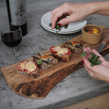 イタリアンパセリを使う際は、細かく刻みすぎず大きめにサクサクカットしてあげても素敵ですよ。イタリアンパセリやバジルを振りかける際に使えるアイデアです。