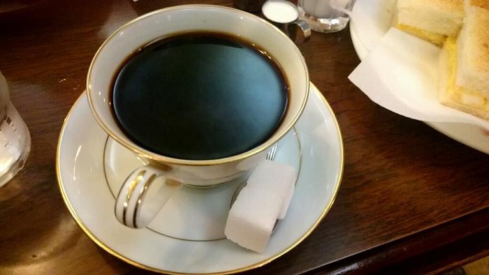 こちらの「コーヒー」は、美しく深みのある黒が魅力的なのが特徴。朝の眠気も一気に吹き飛んでしまうような刺激の強いコーヒーです。