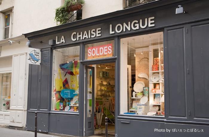 憧れの「Repetto(レペット)」の本店や、華やかなパリのデパートも良いのですが、路面にある小さな雑貨屋さんや洋服屋さんも可愛いお店が多いんです。絶妙なニュアンスカラーのニットやシンプルな小花のワンピースなど、素敵なものがきっと見つかります。お店に入る時は「Bonjour!」と挨拶も忘れずに。