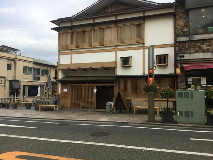 富士山の雪解け水が伏流水となって流れるという三島では、「うなぎ」が名物とされています。こちらのお店は安政3年、つまり1856年創業の老舗「うなぎ 桜家」。伊豆箱根鉄道の三島広小路駅から、歩いて1分ほどのところにあるお店です。お店の前にウェイティングボードがあるので、名前を書いて待ちましょう。