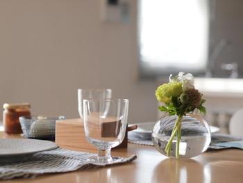 飾らない存在感。松野栄治さんの小さなフラワーベースとともに、ふだんのテーブルにも使いたい。