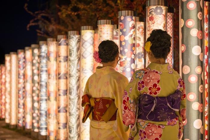 まずは古都に似合う私にチェンジ!京都には、気軽に着物をレンタルできるお店がたくさんあります。小物の貸し出しや着付けも行なっているので、特別な道具を持っていかなくてもOKです。
