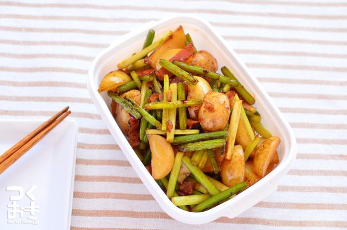 じゃがいも、ベーコン、にんにくの芽、さらににんにくも入った「にんにくの芽とほくほくジャガイモの炒めもの」。副菜として活躍してくれるだけでなく、冷蔵で5日ほど保存も可能なので、たっぷり作って、おつまみやお弁当に入れても◎。しかも安い材料で美味しく手早く作れるありがたレシピです。