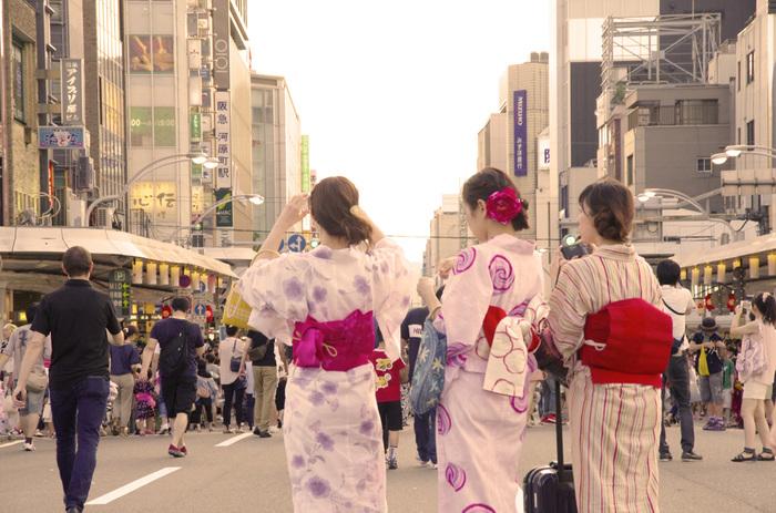 夏は浴衣で京都の町を散策しましょう。7月には祇園祭があり、浴衣姿の人がたくさんいます。
