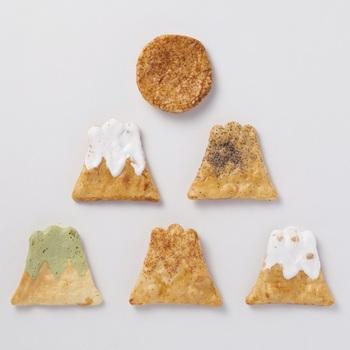 四季を表す富士山に、初日の出のおせんべいも入っています。生地には国産うるち米を使用。味は、醤油、砂糖、胡椒、一味唐辛子、抹茶の5種。味もバリエーション豊かなのが嬉しいですね。