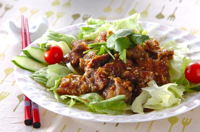 鳥レバーと板こんにゃくで作る「鶏レバーの香り揚げ」は、カレー粉の香りが食欲をそそり、レタスやトマトなどと一緒に盛り合わせれば見た目も華やかに。レバーを揚げる際、油がはねやすいのでその点は注意が必要かも。