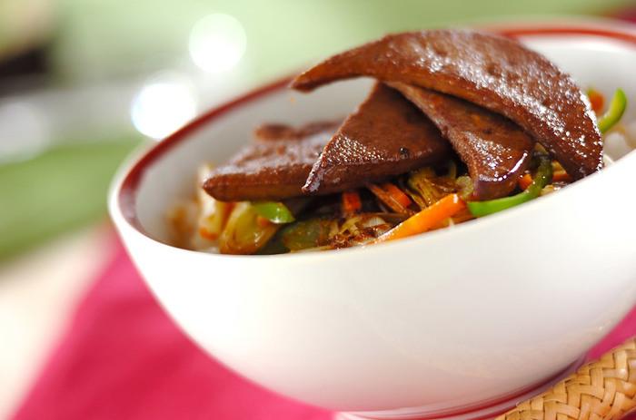 豚レバー、ピーマン、ニンジン、白ネギで作る「レバーのショウガ焼き丼」。下処理をよくして、下味をからめることでレバーの気になるニオイがせず、丼としてご飯と一緒に美味しくいただけます。
