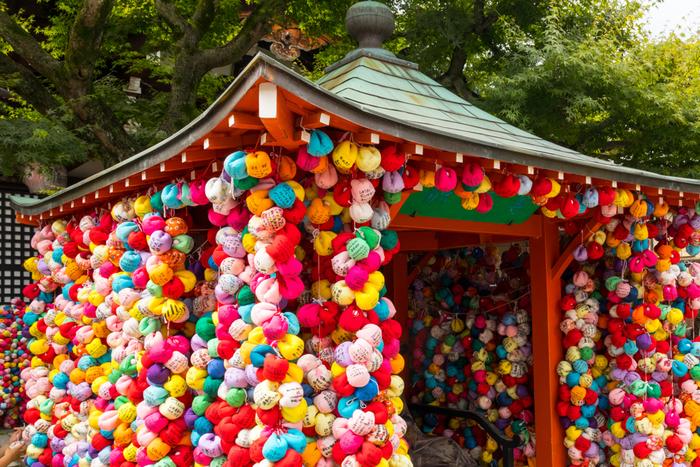 八坂庚申堂では「くくり猿」が人気です。この色鮮やかなくくり猿は、願い事を書き込み吊るすもの。色とりどりのくくり猿をバックにし、京都旅行で一番素敵な写真を撮りましょう♪