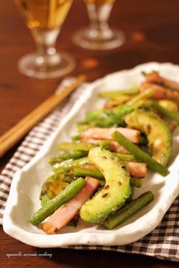 にんにくの芽の炒め物は和風、中華風の調理も合いますが、アボカドとベーコンとにんにくの芽を、クミンシードと塩、コショウのみのシンプルな味付けで作る「アボカドとベーコンとにんにくの芽のクミンソテー」は、ワインなどに似合う洋風のソテーとして、家飲みレシピにピッタリ。
