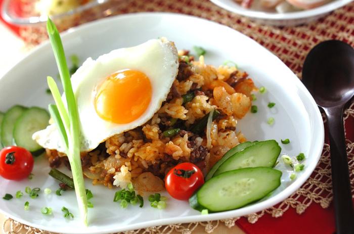 インドネシア・マレーシアの焼き飯として日本でも人気のあるナシゴレン。牛ひき肉、ベーコン、むきエビ、玉ネギ、にんにくの芽が入り、豪華さも◎。さらにプチトマトやきゅうり、目玉焼きと一緒に盛り合わせればエスニックなカフェ飯になり、おもてなしランチにも使えそう。