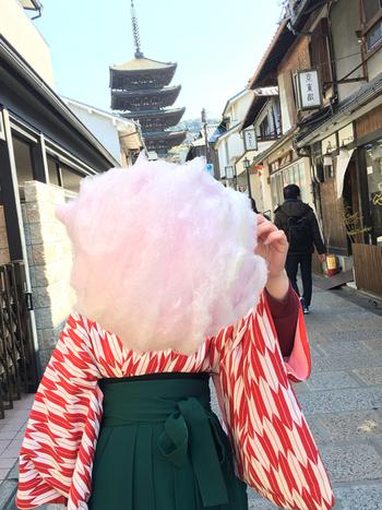 祇園四条駅から徒歩10分ほど、安井金比羅宮の横にお店があるジェレミー アンド ジェマイマ。驚くほど大きくふわふわな綿菓子が食べられ、桜餅や抹茶、柚子など、京都らしい珍しい味が揃っています。