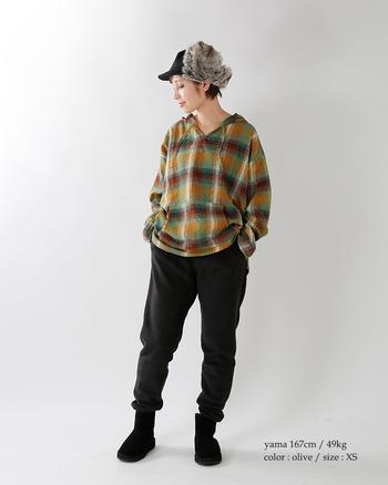 フードつきのコットンツイル生地のトップス。ネルシャツ感覚でさらりと着こなしたいですね。カジュアルなアイテムもボトムを1トーンで着こなせば、シックな印象に。