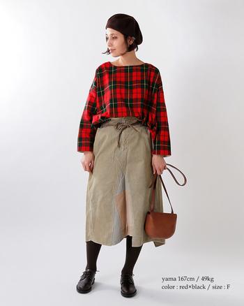 冬に着たい、赤のチェック。主役のチェックトップスと相性のいいベージュのスカートを合わせて。足元とベレー帽を黒で揃えて引き締めたら、カジュアル顔のよそゆきコーデが完成!