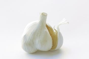 にんにくには、ビタミンB1の吸収を助けて、疲労回復に効果があると言われている「アリシン」が含まれており、これがにんにく独特のにおいのもとでもあります。