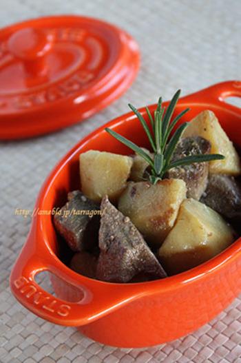 塩麹で漬け込んだ豚レバーを、低温オイルでジャガイモと一緒にじっくり煮込んで作る「塩麹漬けレバーとじゃがいものコンフィ」。豚レバーを漬け込む期間が冷蔵庫で1〜2日ほどかかるので、時間があるときに漬け込んでおけば、忙しい夜に美味しいコンフィを20f分ほどで作ることができて便利。