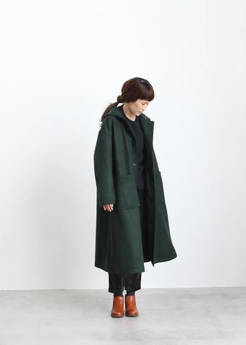 寒くなってくると重宝するのは、ロングコート。着まわししやすいことを条件にすると、ブラックやグレー、ネイビーなどのダークカラーを選ばれる方が多いでしょう。ただ、シックなワントーンスタイルは、どうしても地味になりがち。どこか寂しいなと思ったら、足元に少し差し色を持ってくるだけでも、印象が変わってきます。このちょっとした気遣いが着こなしをワンランクアップさせてくれますよ。