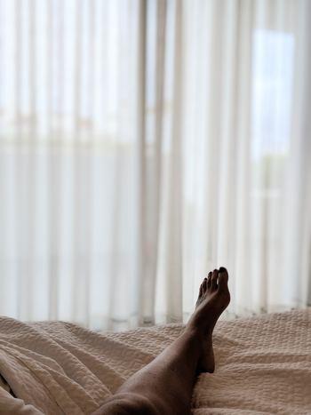 ベッドに入ってから眠りにつくまで、30分以内であれば正常と言われています。入眠を妨げるような音が気になる時計は寝室に置かず、「これをすれば眠れる」といった入眠儀式はほどほどにしておきましょう。軽い運動など適度に疲れることを日中にする、眠くなるまでベッドに入らないといった対策を試してみて。