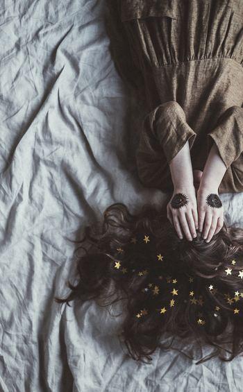 寝つきも寝起きも悪いときは、朝日を浴びて体内時計をリセットしましょう。朝食を摂り、軽く体を動かすのも、体内時計を整える効果があります。 スッキリとした柑橘系のジュースや、ペパーミントやレモングラスのハーブティーを朝食に加えてもいいですね。夜はブルーライトを避ける、もしくは専用メガネをかけるようにします。明かりは暖色系の間接照明だけにしましょう。