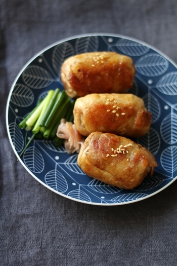 肉でご飯を包み、フライパンで焼き色をつけながら甘辛ダレを絡めて作る「肉巻きおにぎり」は食べ応えもあってオススメです。この甘辛ダレとご飯の相性は言うことなしです!