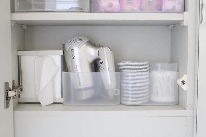 洗面台の鏡裏の収納棚。人気のダイソーの収納ボックスにドライヤーを入れて。その他の収納アイテムも同じものでそろえると、統一感がありスッキリとして見えます。