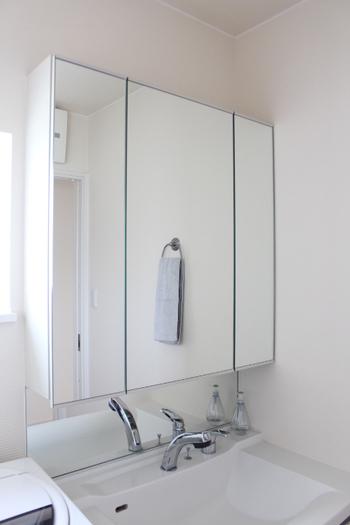 鏡の扉を閉めてしまえば、中のごちゃごちゃも気にならずスッキリ。生活感のない空間を目指せますね。