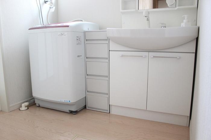 洗面台と洗濯機の間の隙間にぴったり収まる収納チェストを設置。ランドリーグッズや洗面用品を入れておくのに便利です。